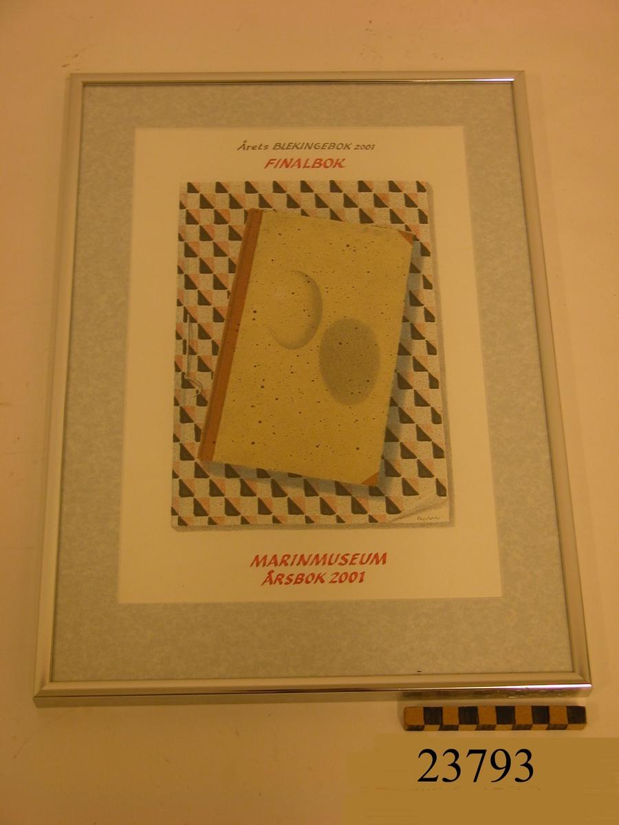 Diplom i stående format. Ram av silverfärgad metall. Ljusgrå passepartout. Dagermått: Akvarell i tonerna svart, grått, terrakotta och beige. Motiv: På vit botten ett rektangulärt skrivblock med dekor av kvadrater i svart och terrakotta i diagonala linjer. Därpå en bok i beiga och bruna nyanser. På bokens pärm en siluett av ett ägg som ger illusion av att sväva och lämnar en grå skugga. Handskriven text i den övre och nedre delen i dagermåttet. I den övre: Årets Blekingebok 2001 Finalbok. I den nedre. MARINMUSEUM ÅRSBOK 2001.  På baksidan stålklämmor som håller bakstycket fast i ramen.