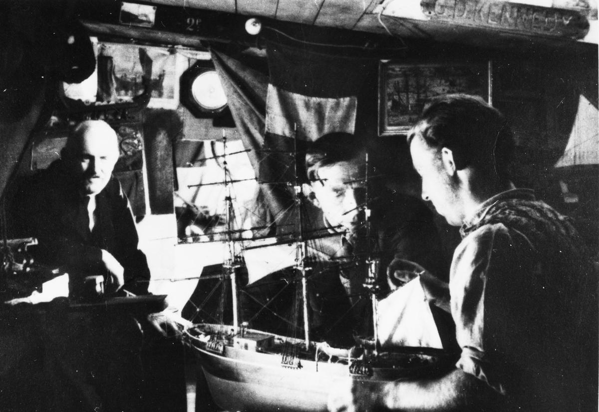 År 1938 Prins på besök hos elektromekaniker Edvin Lindström. Fregattgatan 13A sonen Arne, som byggde modellen ses till höger.