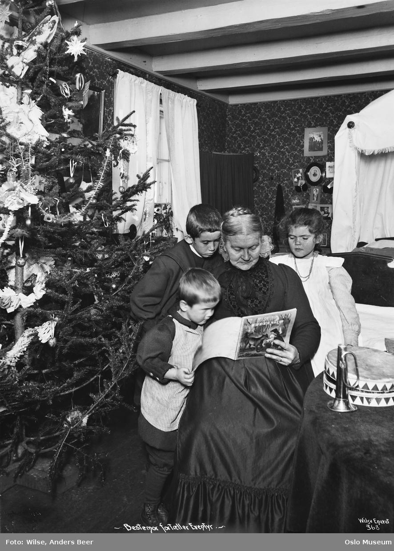 interiør, stue, juletre, bestemor, barn, eventyr, lesning