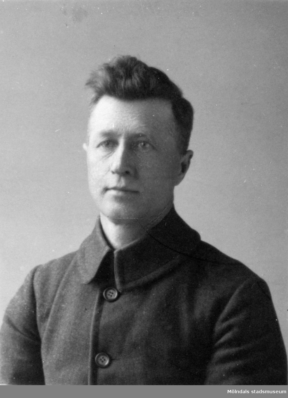 Porträtt av Claes Håkansson i unga år. Han arbetade som kusk/chaufför på Gunnebo slott mellan 1905-1957.