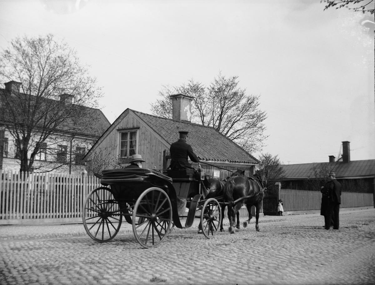 """""""H W Söderman på åktur"""", kvarteret Edda, Svartbäcksgatan, Uppsala 1900 - 1901"""
