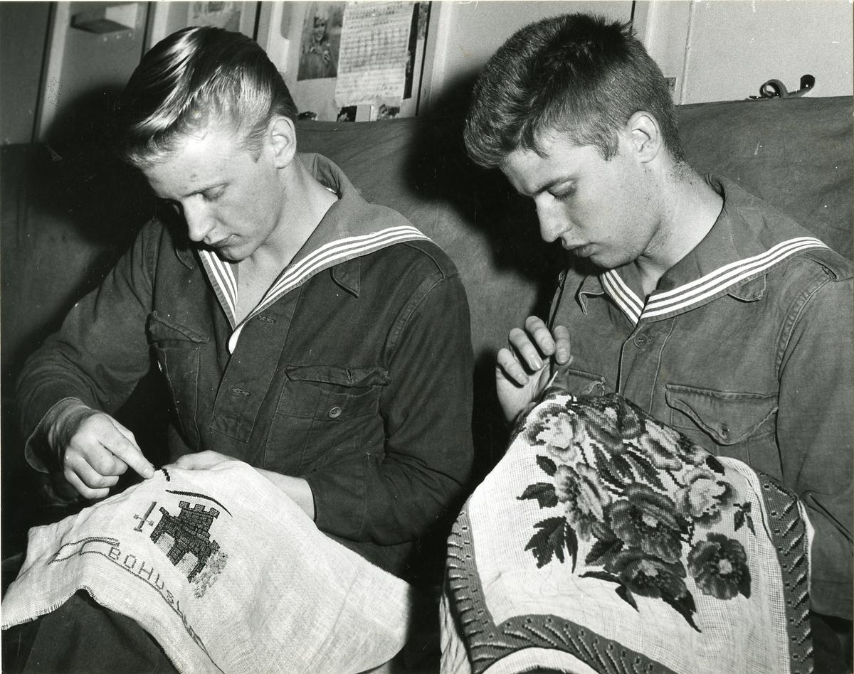 Fritidssysselsättning ombord på kryssaren Tre Kronor, maj 1957.