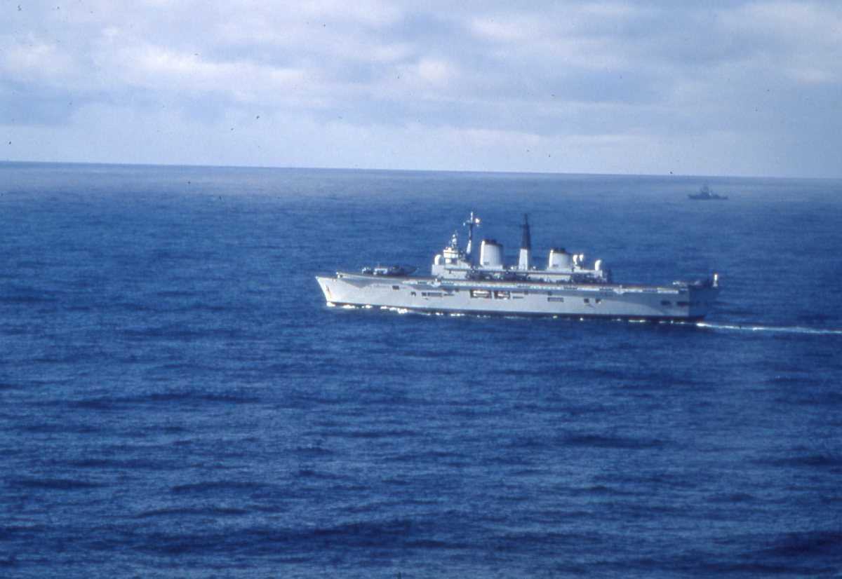 Engelsk hangarskip av Invincible - klassen med nr. R 06 og heter Illustrious. På flydekket sees noen fly. I bakgrunnen sees enda et marinefartøy.