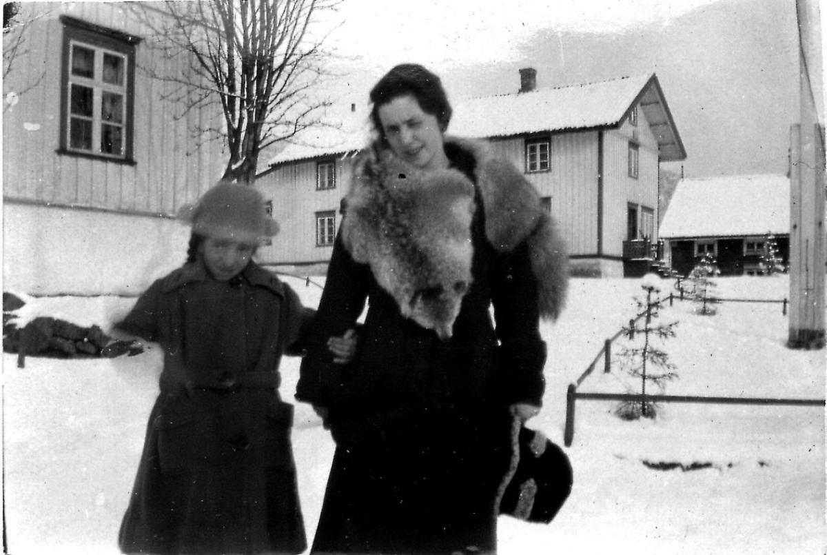 Visis Frederiksen og Aase Frederiksen utenfor Melbo Hovedgård, Melbu.