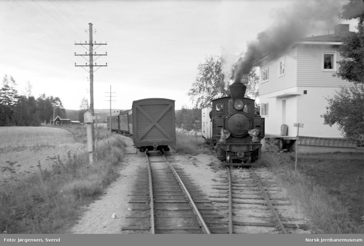"Damplokomotiv nr. 4 ""Setskogen"" skifter på sidesporet til Mork meieri"