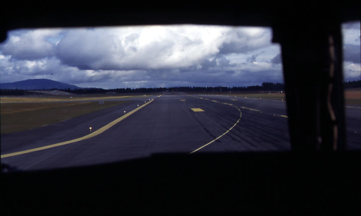 Lufthavn, rullebanen, tatt fra cockpiten på 1 Boeing 737 fra Color Air.