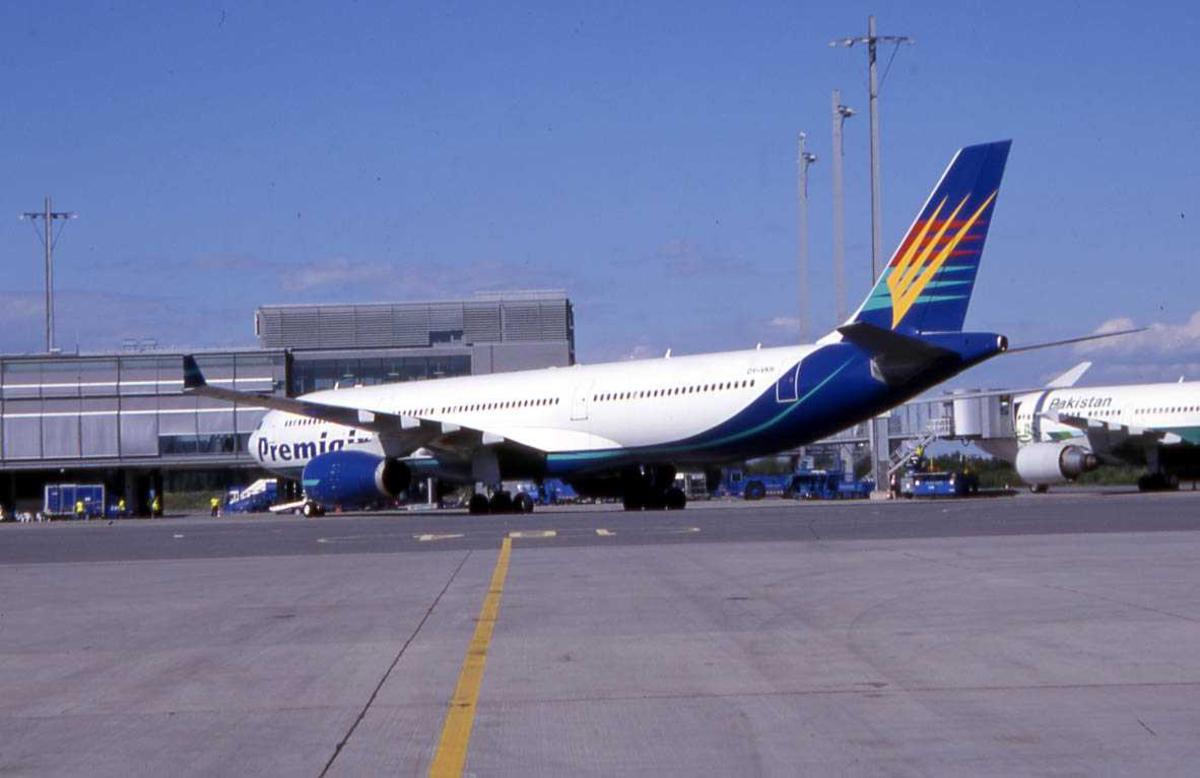 Ett fly på bakken, Airbus A330, OY-VKH Fra Premiair.