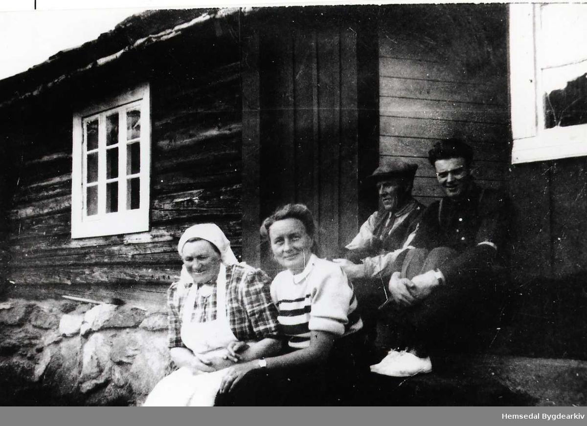 Frå venstre: Ingrid Kirkebøen, fru Bushmann,  Store-Ola og Ola O. Kirkebøen, ca. 1950.