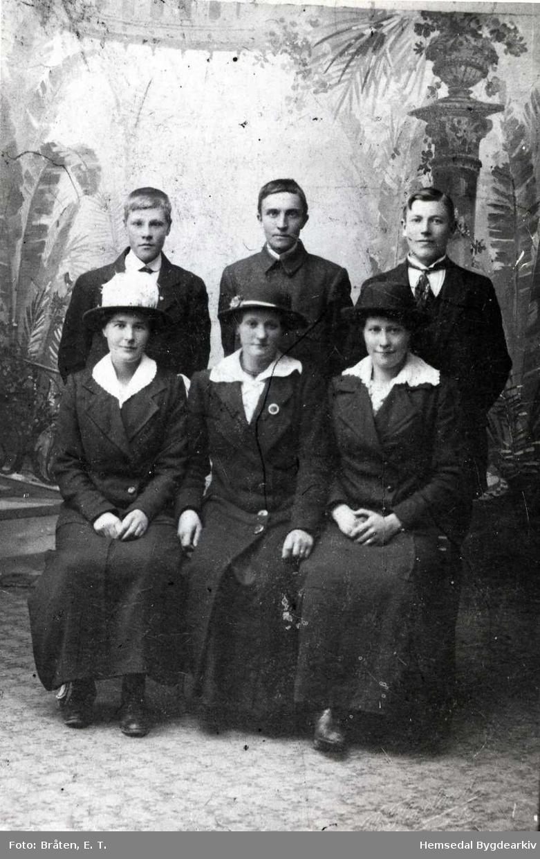 Frå venstre: Barbo, Jørgine og Ragnhild Hjelmen (usikkert). Bak frå venstre: Oskar Hjelmen, Olav Dokk Bjøberg og Syver Brandvold.   Alle frå Hemsedal