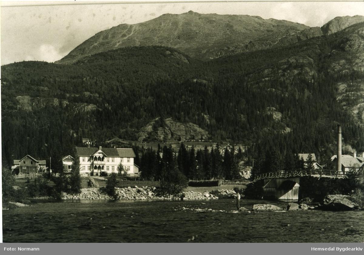 Skogstad Hotell i Trøym i Hemsedal, ca. 1935. Den høge, runde  pipa til høgre i biletet høyrer til Hemsedal Meieri. Seinare vart meieriet flytta til nedsida av riksvegen der butikksenteret Rampa ligg i dag, 2013.