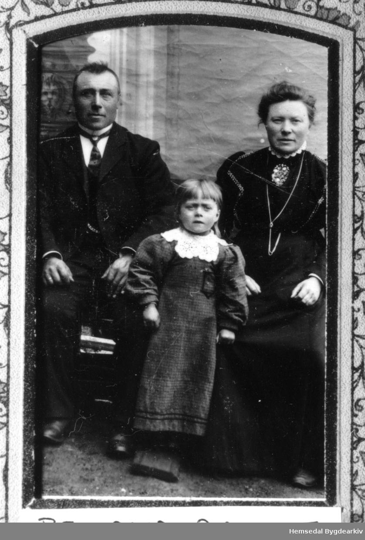 Veslle Eirik Hulebak, fødd 1867, gift med Birgit J. Imre (1866-1934) med dottera Gur (1907-1917). Vesle Guro omkom i treskinga på Hulebak. Biletet er teke ca. 1912