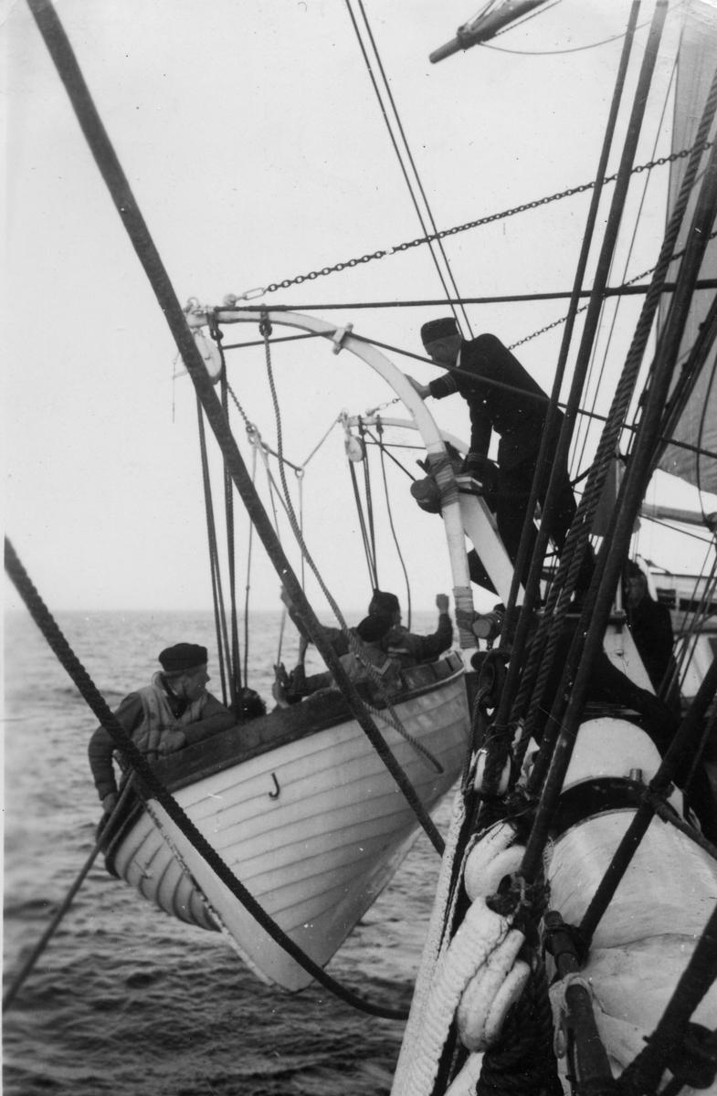 Fartyg: JARRAMAS                        Byggår: 1900 Varv: Örlogsvarvet, Karlskrona Övrigt: När vinden tog slut fick fartyget varpas, DVS ankaret flyttades föröver ett gott stycke med stora båten som roddes. Därefter drogs båten framåt genom att ankartrossen halades ombord.