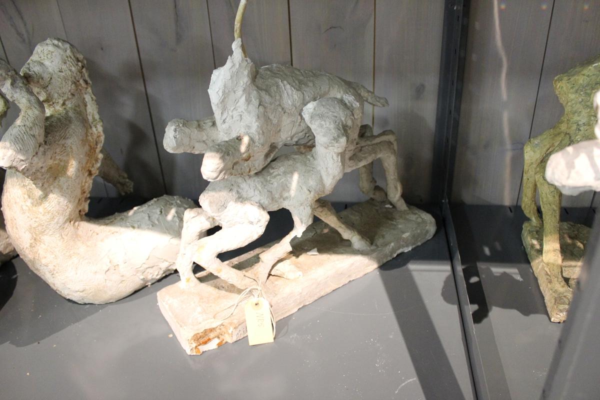"""Skulptur i gips: Tittel:""""I SPRANG"""". Del av nr.018."""