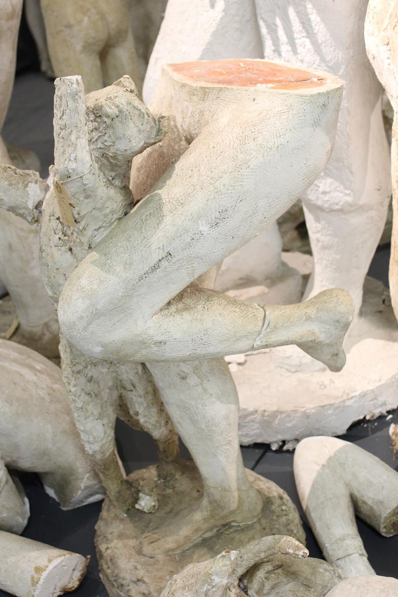 """Skulptur i gips av en kvinne med to katter. Tittel: """"Kvinne med kattedyr"""". Se også nr.160"""