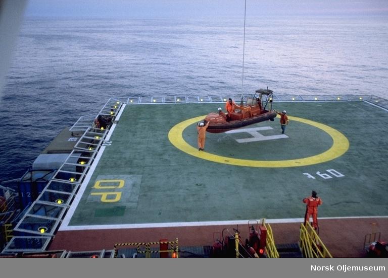 Frøyfeltet - mann-over-bord-båt - MOB-båt, blir satt på helikopterdekk