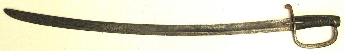 Form: Einegga, noko krumma. Handtaket trekt med skinn. Jernbøyle og jern parerplate. Artellerisabel frå 1825. Kjøpt i Øygarden i Kaupanger. Våpen, jakt, skyting. (Tidsskrift) Norsk våpenhistorisk selskap MTM.