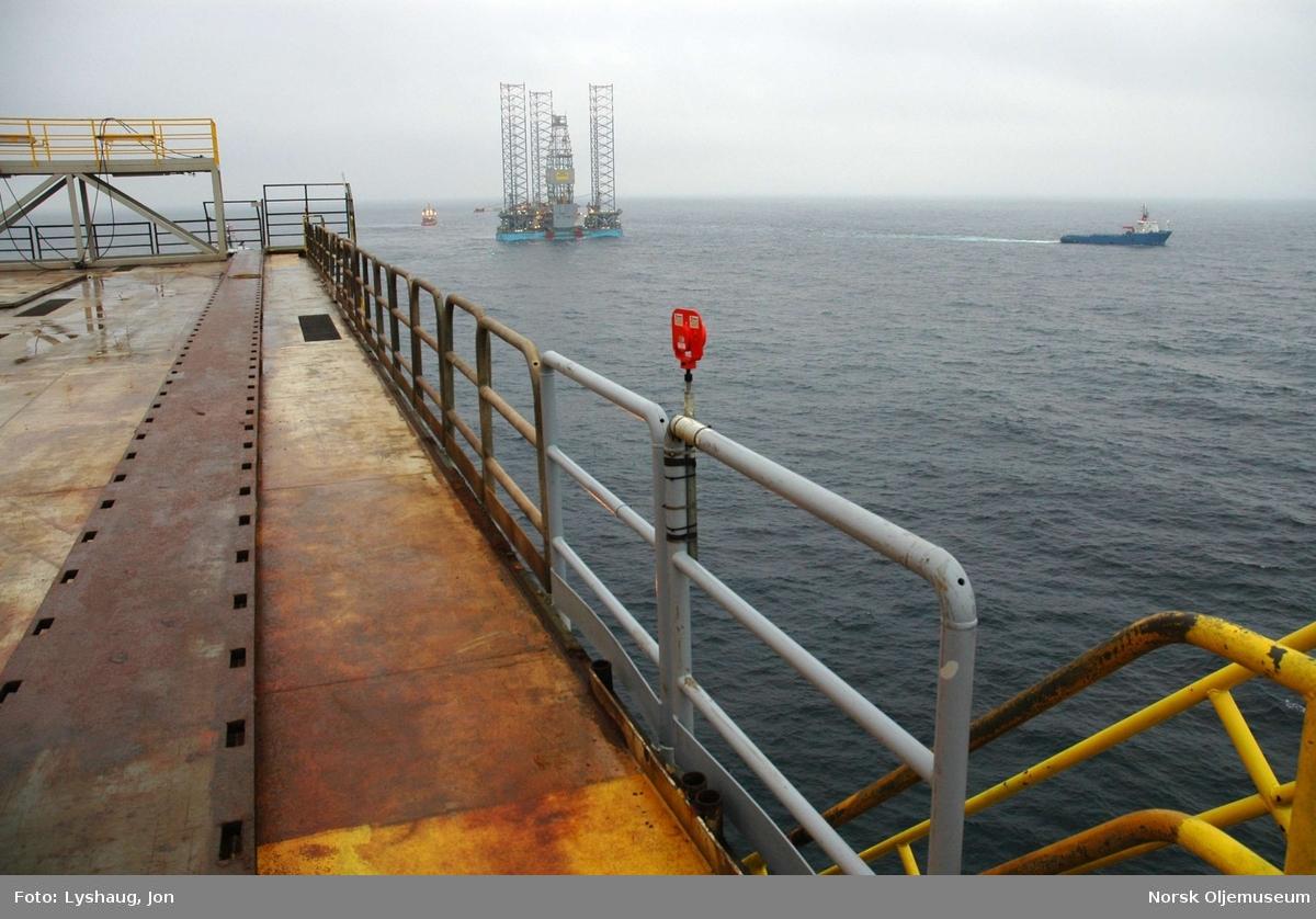 Maersk Inovator taues inn mot DP2 for å stenge ned plattformen.