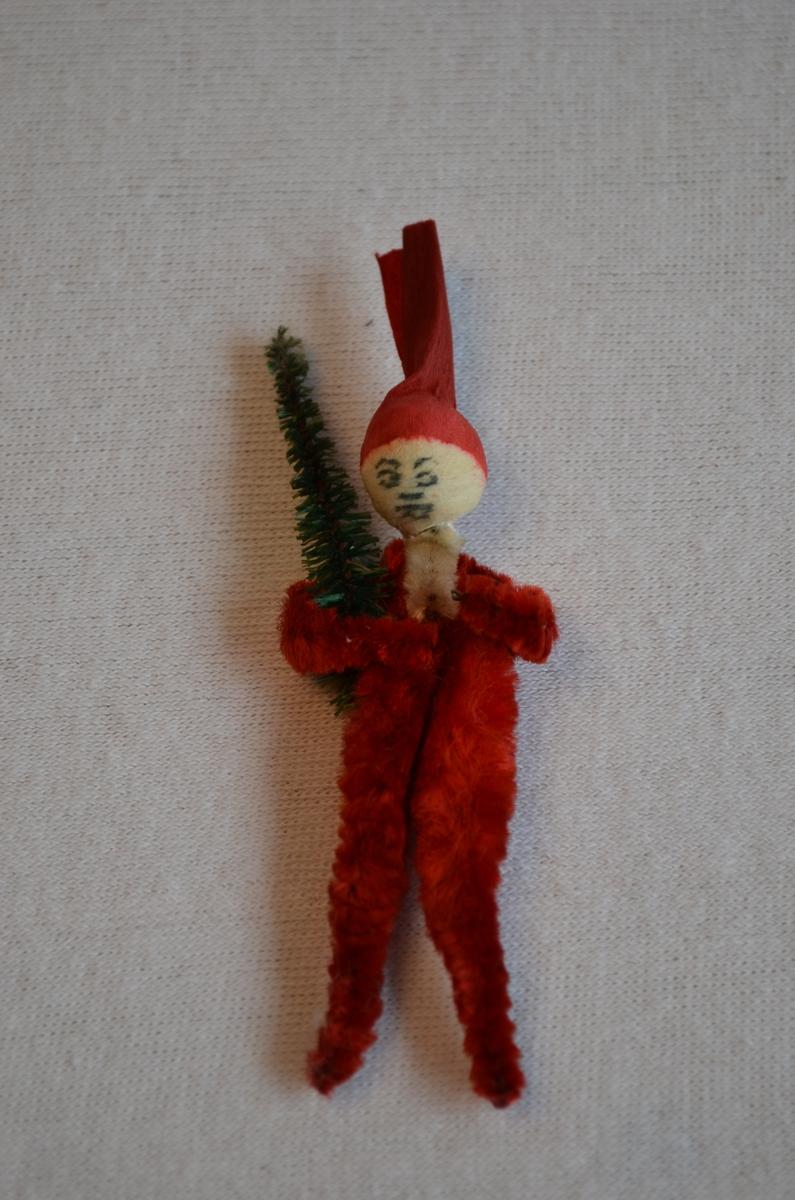 Julenisse med juletre laga av piperensar. Ansiktet er teikna på. Nissen ser heimelaga ut.