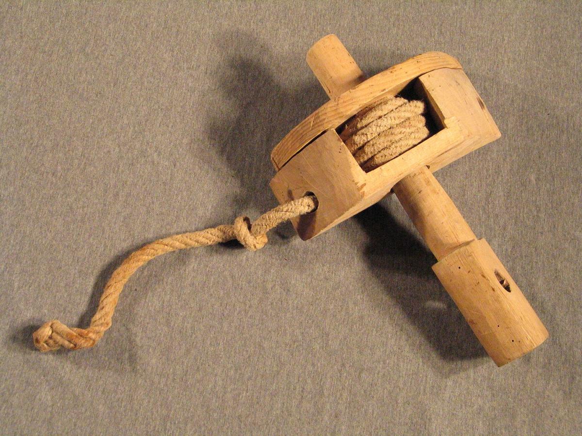 Reiskap for å stramme saman tønnestavar slik at ein får på banda.