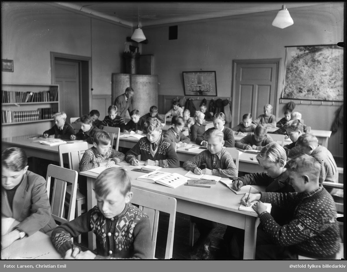 Ukjent skoleklasse med gutter i Sarpsborg-disktriktet. Interiør fra klasserom.