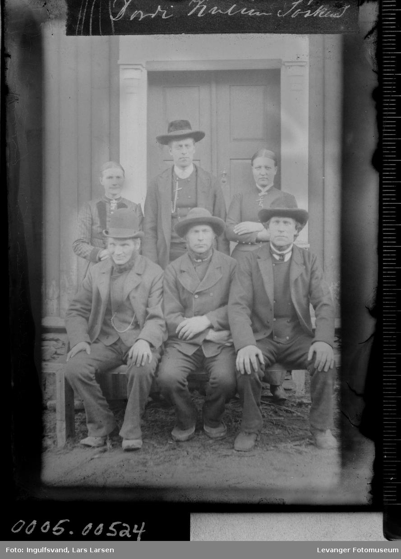 Gruppebilde av fire menn og to kvinner.