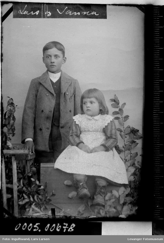Portrett av en gutt og en jente.