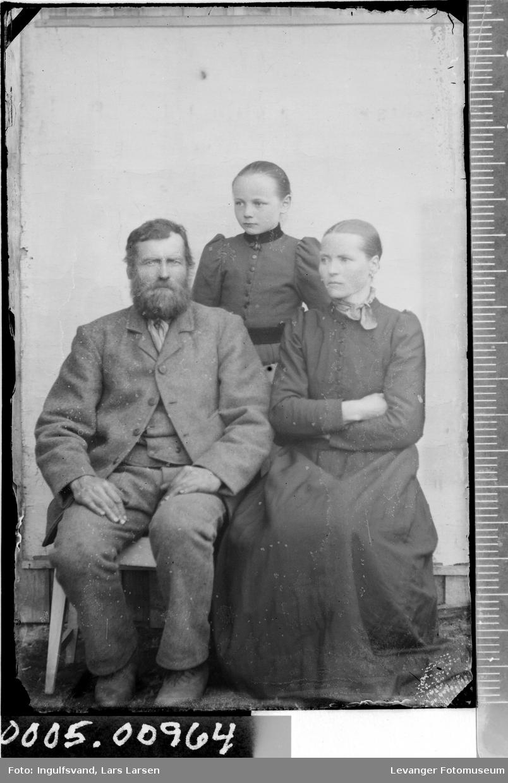 Portrett av en mann, en kvinne og et barn.