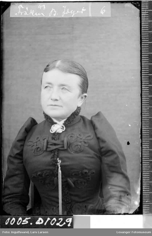 Portrett av en kvinne i halvfigur.