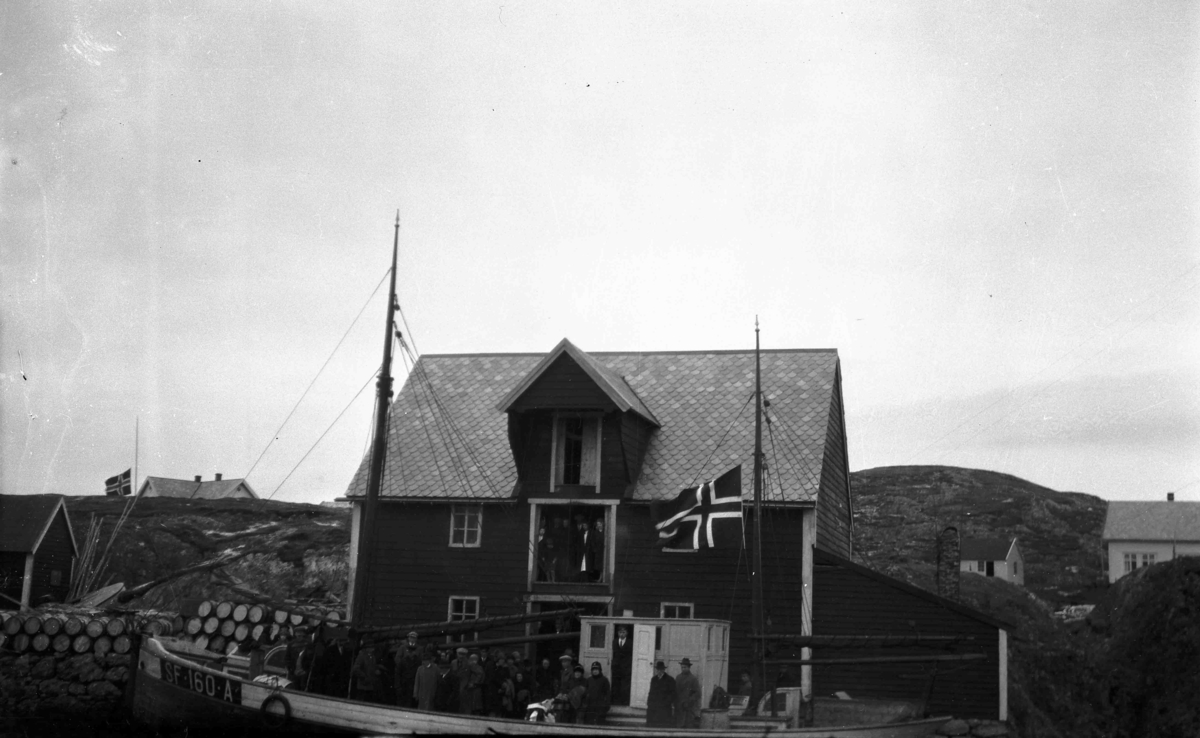 Gravferdsfølge om bord i SF 160 A Fedøy foran sjøhuset til Knut Gjørø