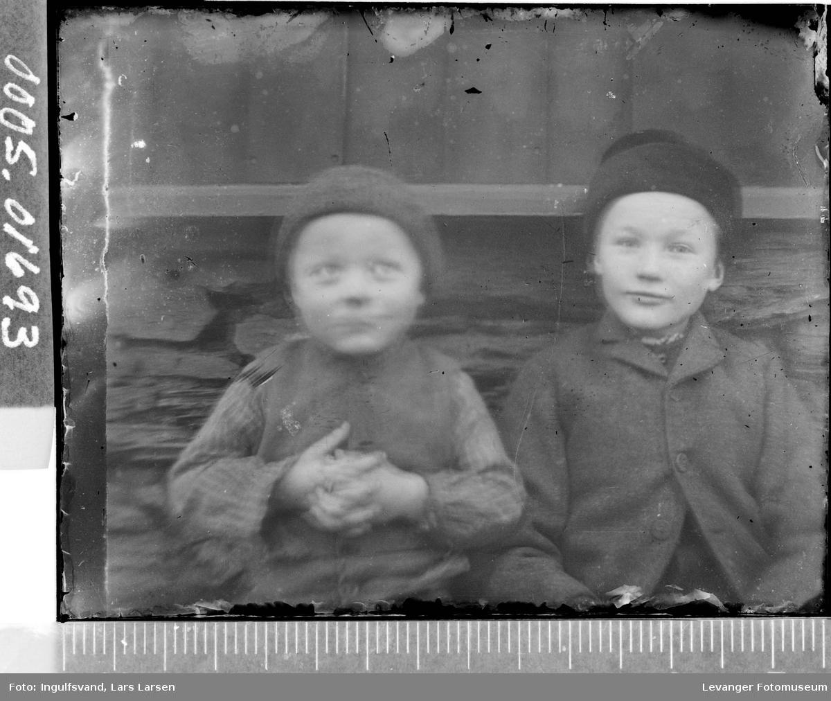 Portrett av to gutter.