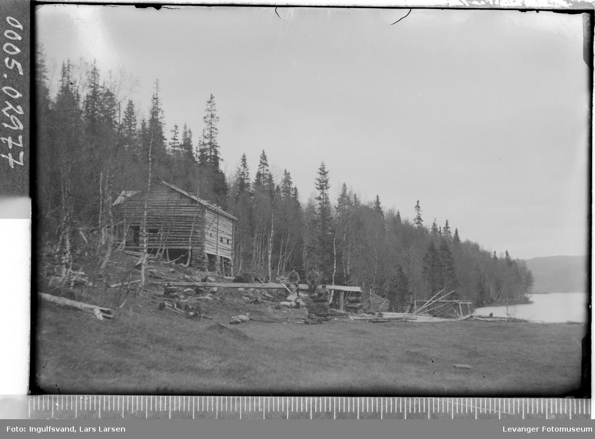 Tømmerbygning ved et vann.