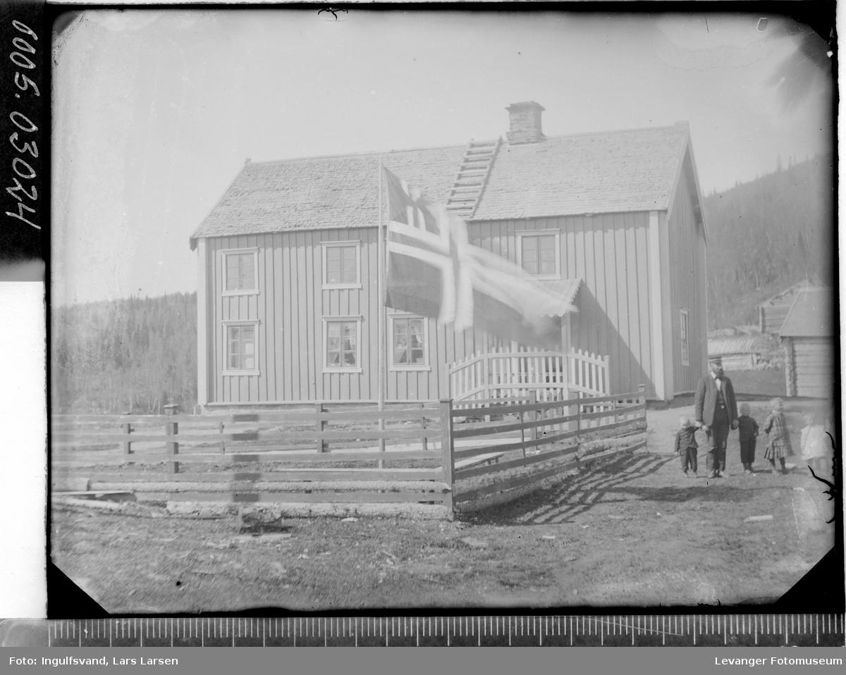 Bygning med et flagg i forgrunnen.