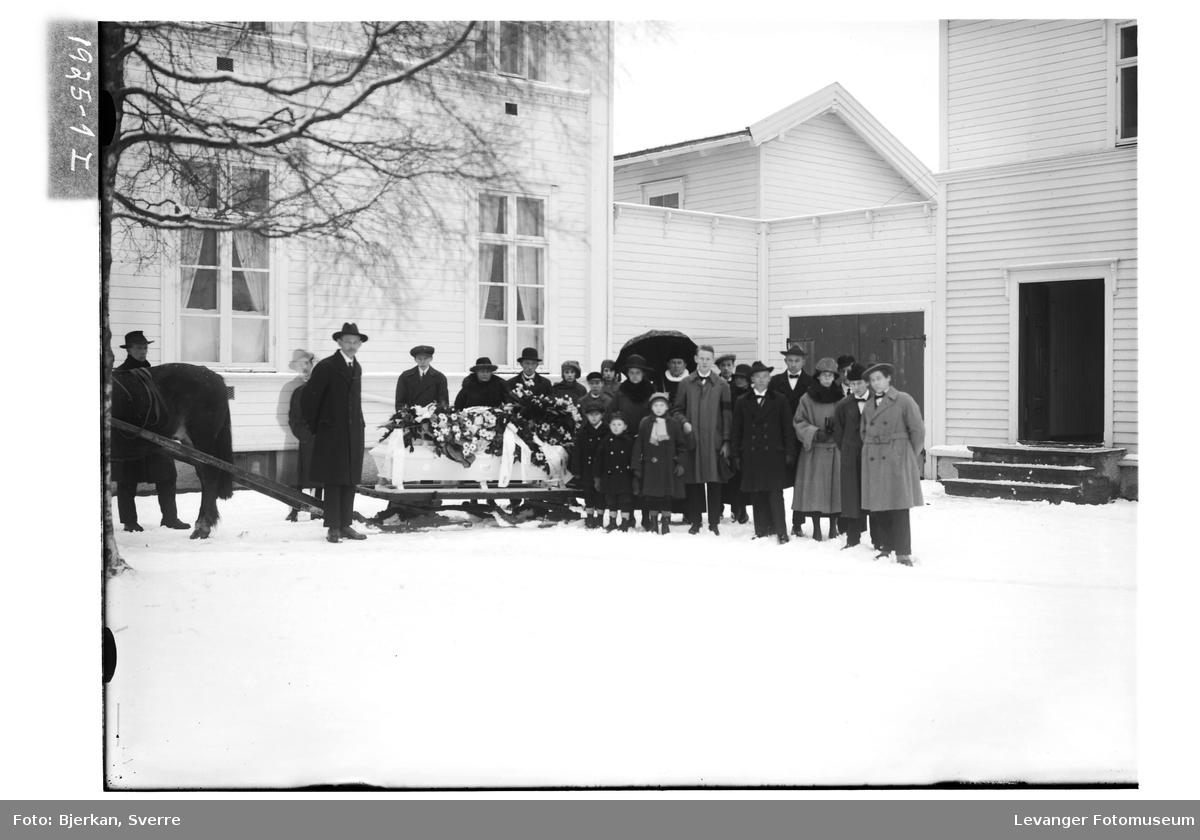 Begravelsesfølge utenfor hjemmet til Oskar A. Torp