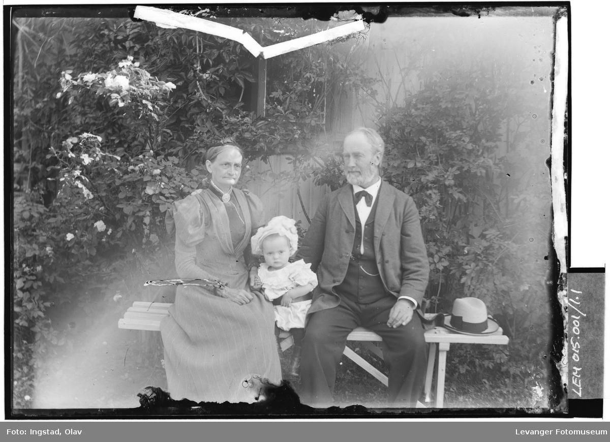 Besteforeldrene Ingstad med barnebarnet Gunvor Ingstad.