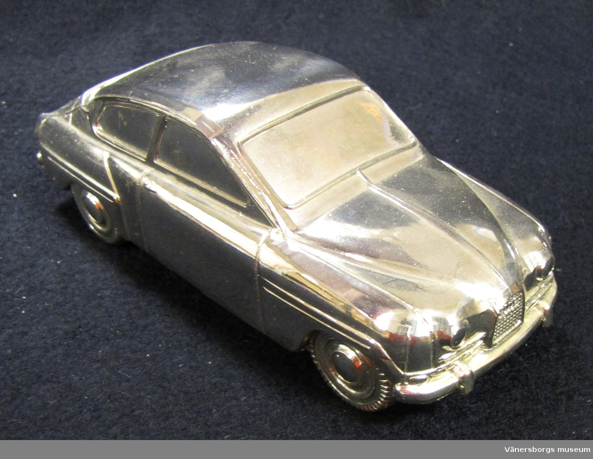 Sparbössa i Saab- modell.  Doppresenter i denna form vanlig på 1970- talet.  Inköpt av museet till utställningen Lek och allvar 1978.