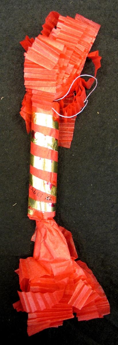 Julgranskaramell gjord av silkespapper.  Karamellerna gjordes till konditoriutställning mars 1979.  Tillverkningen dokumenterad i bild.  Ingår i konditoridokumentationen.