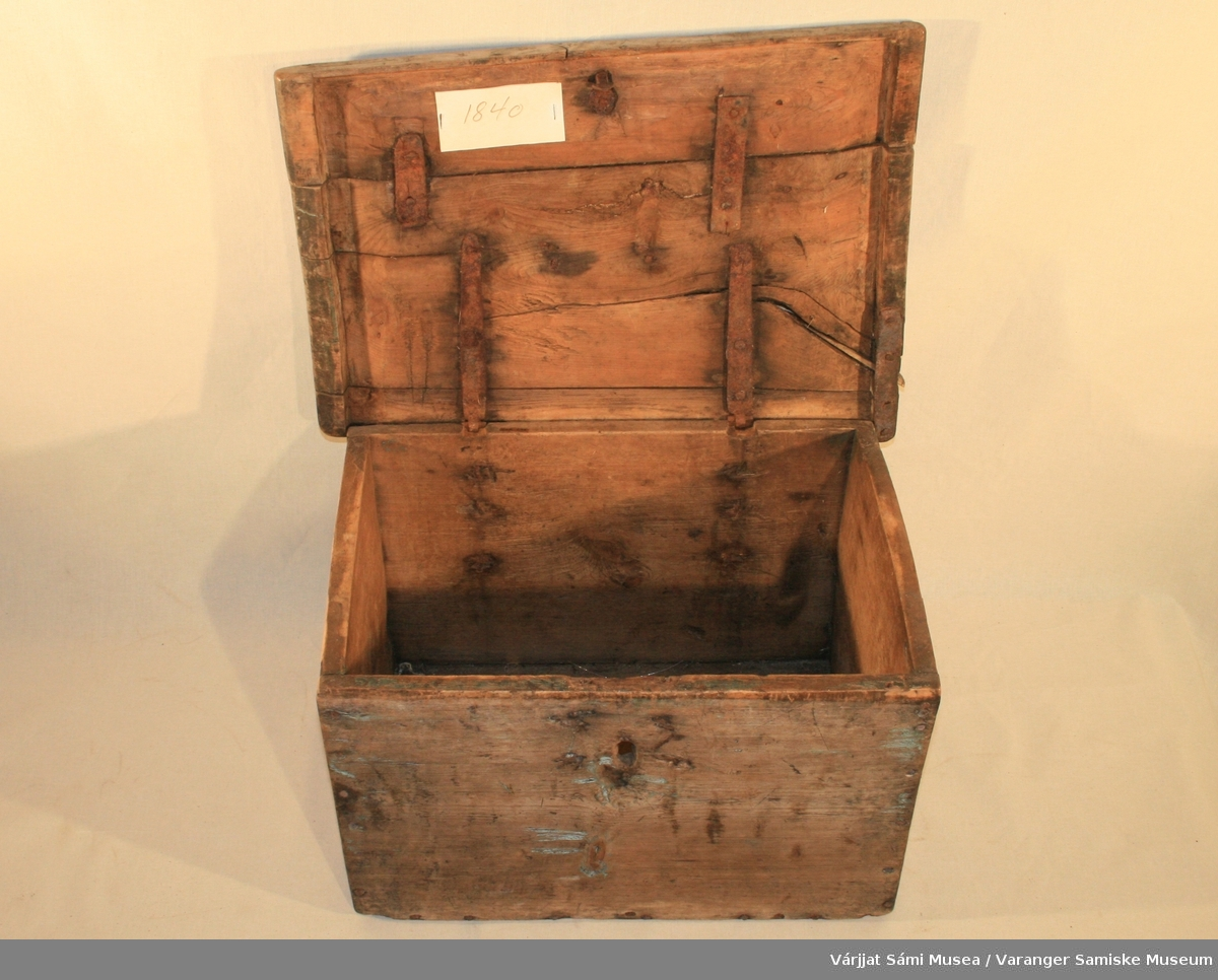 Kiste  av tre med håndtak av jern. Har nøkkelhull, men selve låsen mangler. Den har vært malt lyseblå.To hengsler av jern fester lokket til selve kista.