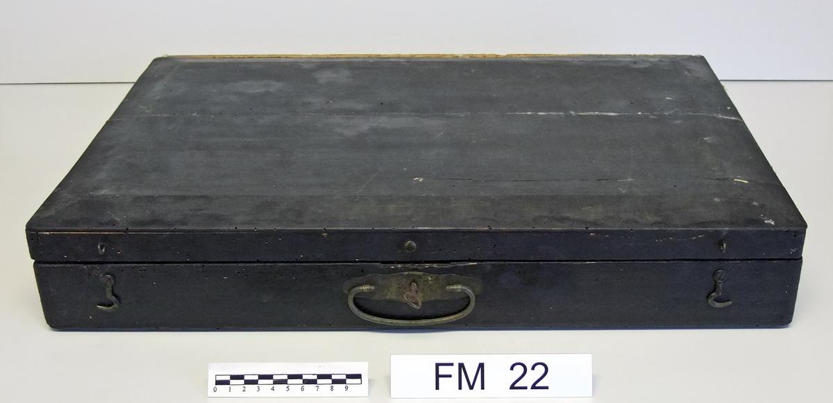 På oversiden av klangkassa;  oppe til venstre:   ørn  bl.a.