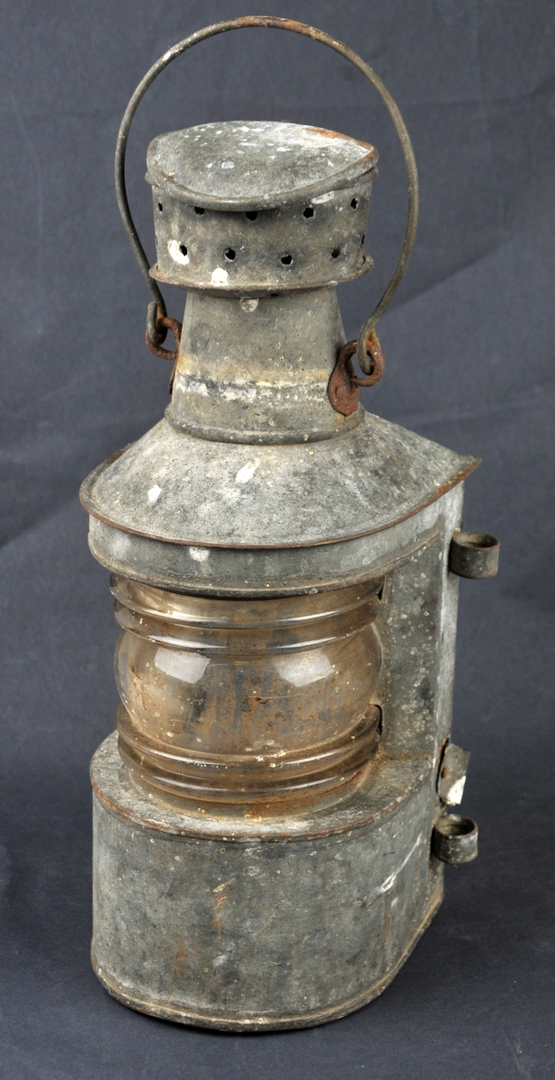 Lanterne med glashus til parafinlampe. Ingen spor etter sjølve veiken eller parafinhalderen. Hanken kan takast av.