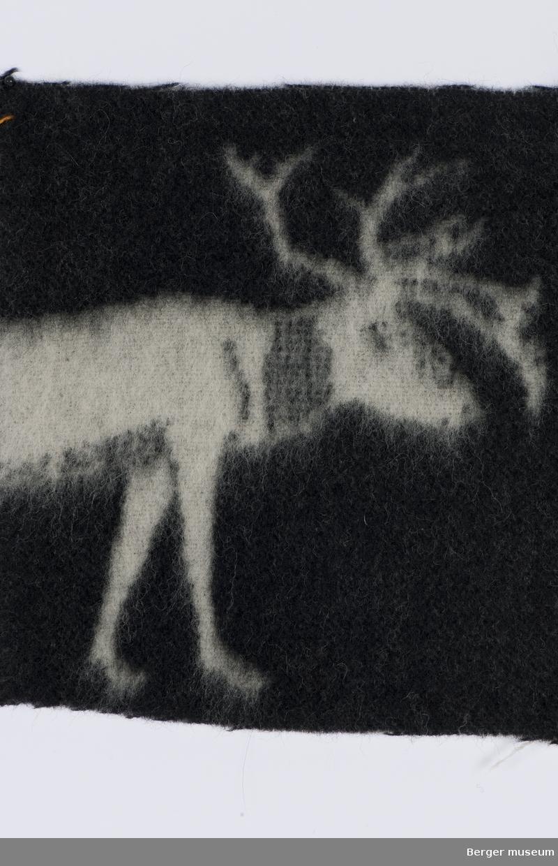 Hvite reinsdyr på svart bunn.