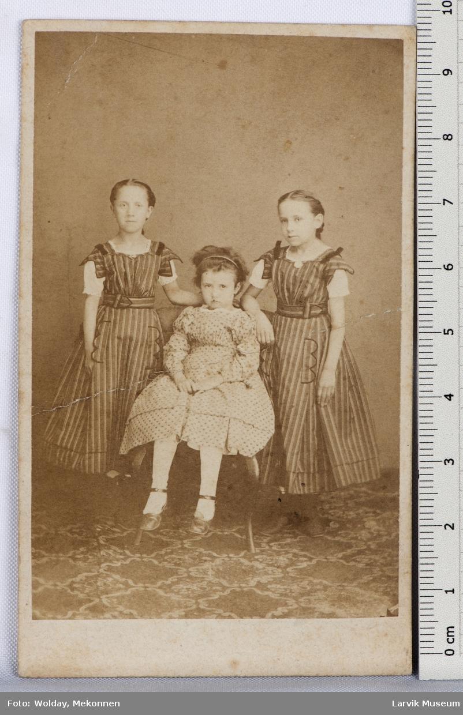 3pikebarn, helfigur, 2 stående, stripete forkle-