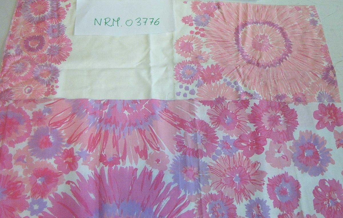 2 t-skjorter 1 hvit truse 6 mønstrete truser 6 tekstilprøver 1 montasje av draktbånd. 4 prøver