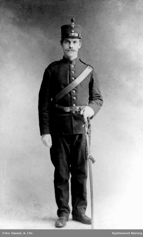 Portrett av ukjent mann i uniform