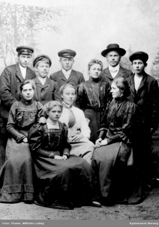 Bak fra venstre: Anders Horseng, ?, Arnt Horseng, ?, Petter Kirkeby (eller Petter Garstad) og Lorents Horseng. Foran fra venstre: Ragnhild Bondø Torvik, ? og Ragnvalda Horseng Lyngsnes