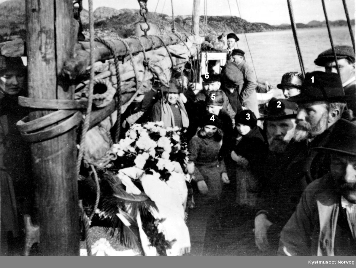 Gravferden til Anna Lyngsnes. Nr. 1 fra høyre: Albert Moen, Bernt Borgan, Reidun Lyngsnes, Hallgjerd Lyngsnes, Petrine Horseng og Lorents Rasmussen Borgan, eller ukjente, her ligger de i Langsundet på ytre Vikna