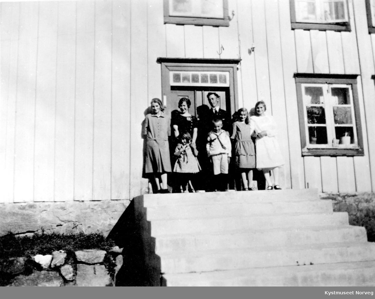 Ukjent familie på trappen