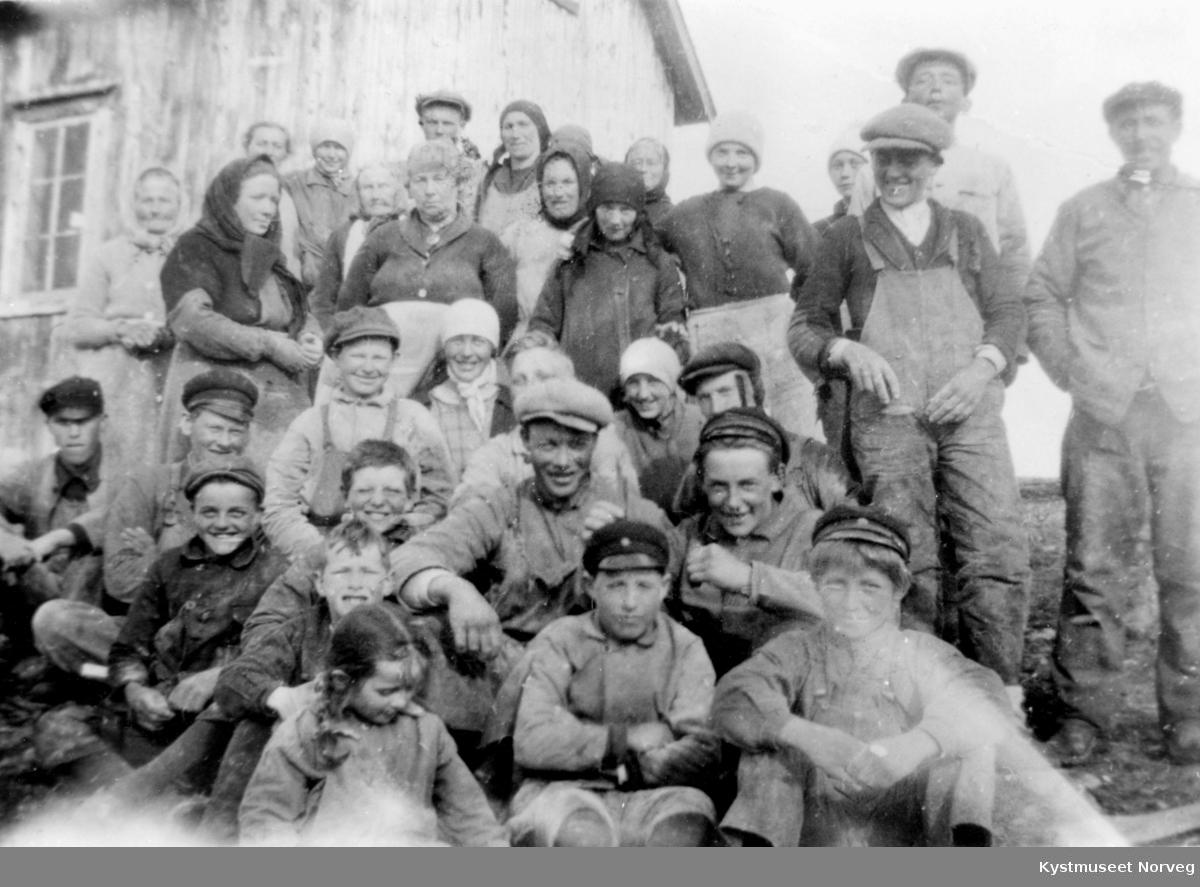 Ukjente arbeidere på et fiskeberg på Vikna