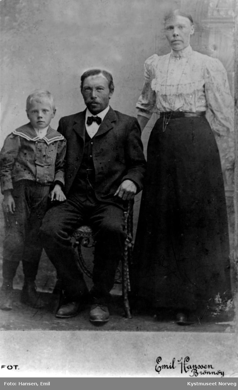Julie og Gustav Hellesøy med adoptivsønnen Osvald