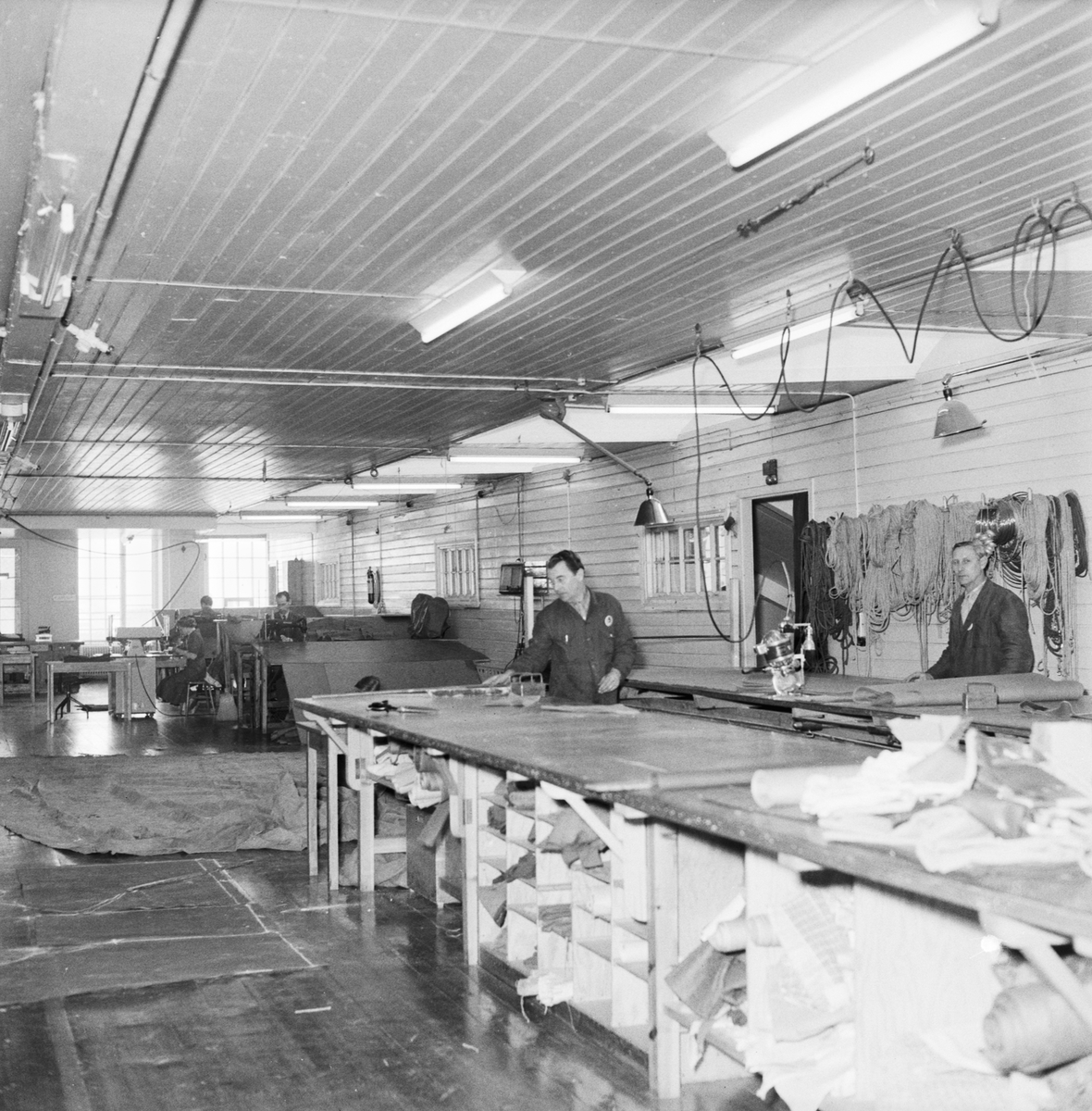 Övrigt: Foto datum: 13/3 1956 Byggnader och kranar Segelsömmareverkstan interiör. Närmast identisk bild: V8806, ej skannad