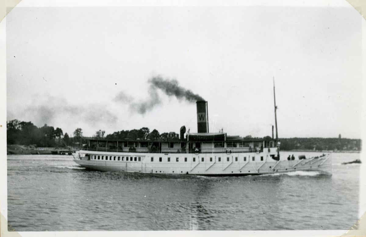 Fotodatum 29/5 1948. fartyget passerar Fjäderholmarna.